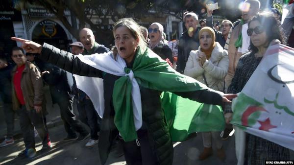 Manifestantes contra el régimen salieron a las calles de Argel
