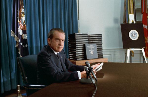 Nixon anuncia el lanzamiento de las transcripciones de las cintas del escándalo de Watergate